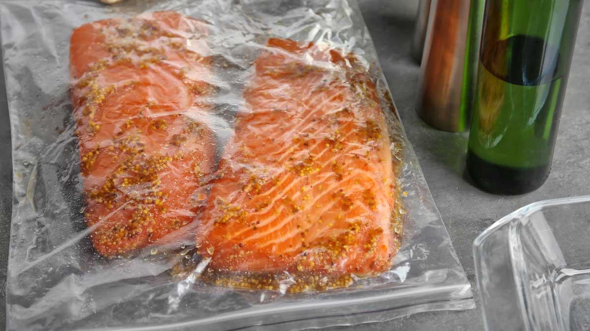 食材を入れたジップロックを丸ごと茹でるレシピを作りたいならば「蒸しトレイ」付きの最新機種を推奨